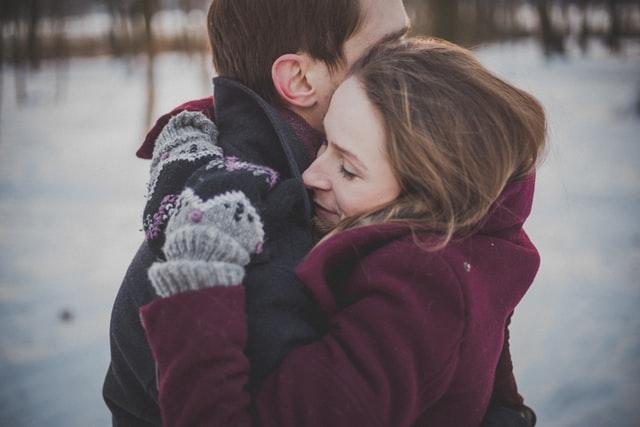 זוג מחובק לאחר שחזרו מפרידה